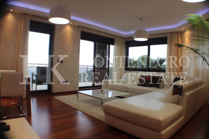 luxus penthouse wohnung 120m2 in budva mit pool und atemberaubendem panoramablick auf das offen. Black Bedroom Furniture Sets. Home Design Ideas